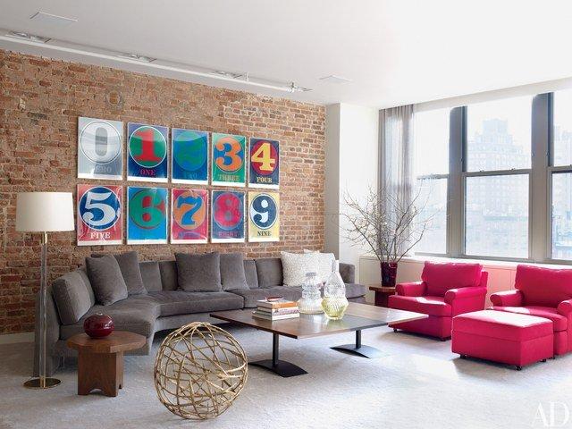 memasukan unsur warna pada ruangan monokrom dengan furnitur dan elemen dekoratif berwarna