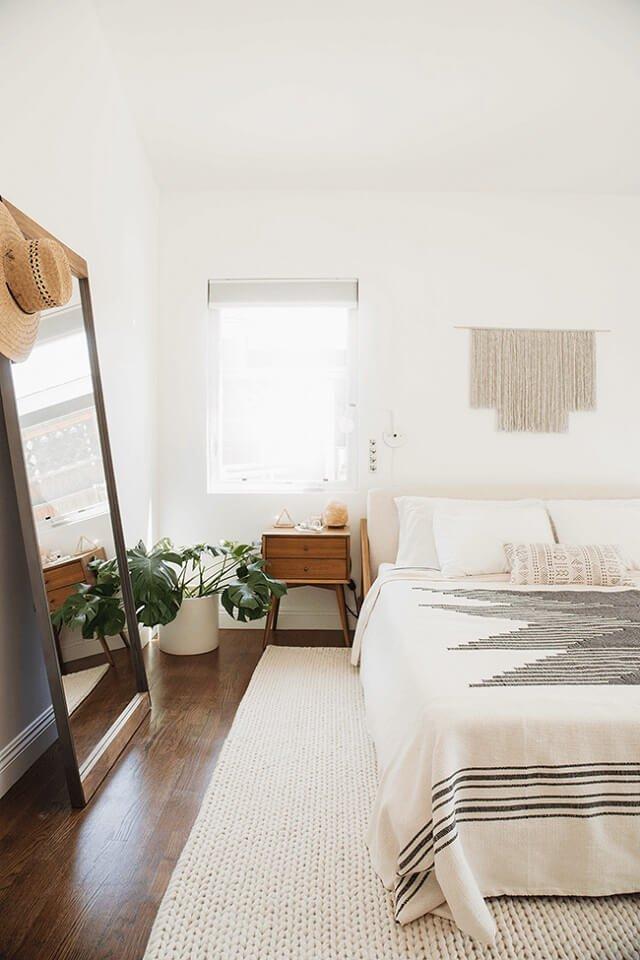 instalasi cermin besar di kamar tidur kecil