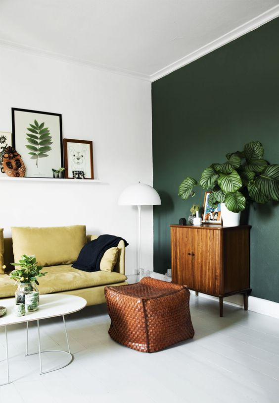 dinding ruang tamu dengan sentuhan warna hijau
