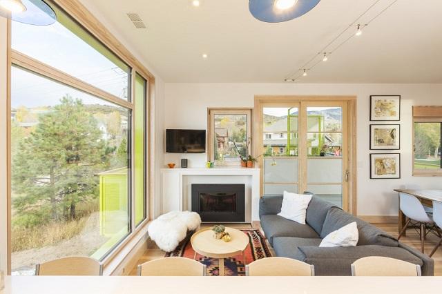 ruang tamu minimalis dengan bukaan jendela besar
