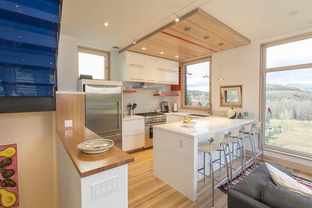 dapur minimalis dengan bukaan jendela besar