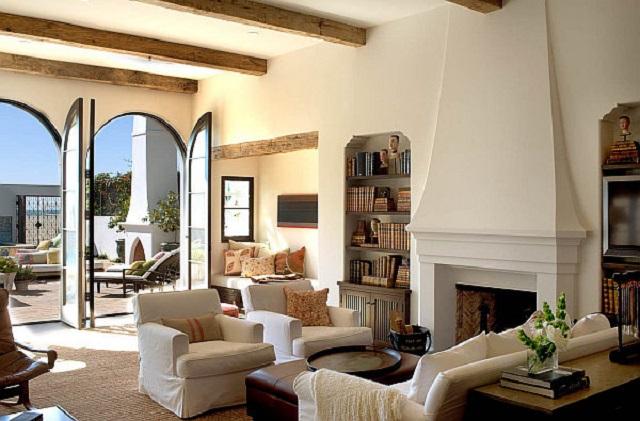 Ruang tamu dengan konsep interior mediterania