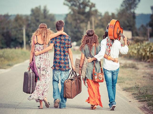 penampilan kaum hippie dengan bohemian style-nya yang terkenal
