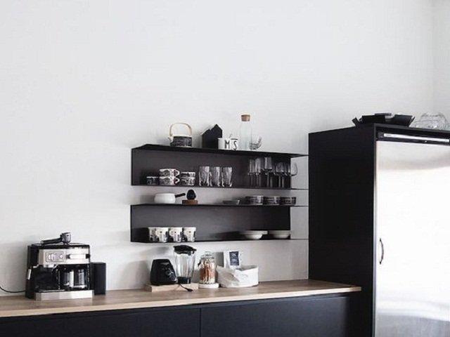 desain dapur monokrom, pilihan warna putih pada dinding ruang dapur