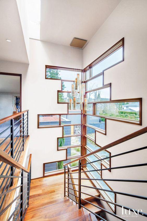 Pencahayaan ruangan dengan sumber cahaya alami; instalasi jendela sudut tangga