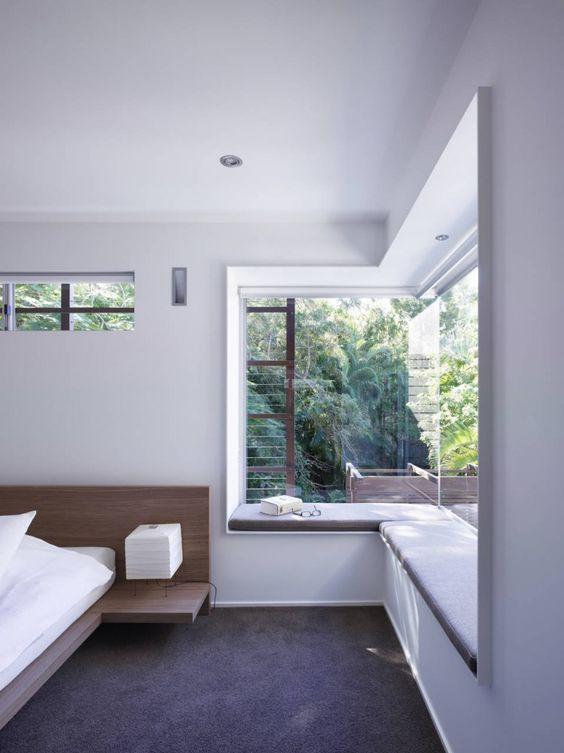 Pencahayaan ruangan dengan sumber cahaya alami; jendela besar di sudut kamar tidur