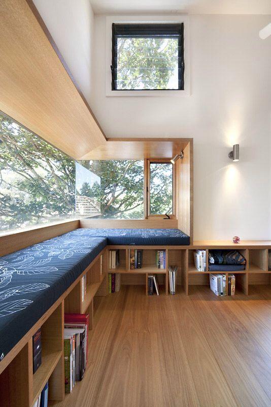 Pencahayaan ruangan dengan sumber cahaya alami; instalasi jendela di area sudut ruang baca
