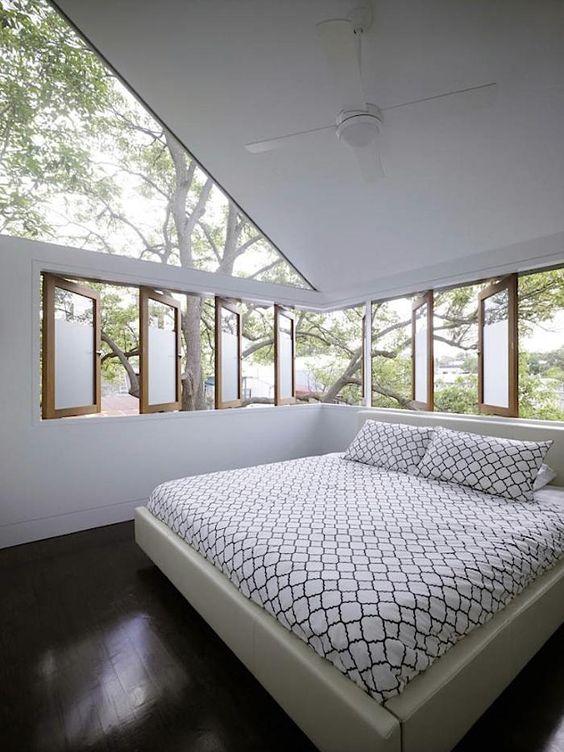 Pencahayaan ruangan dengan sumber cahaya alami; instalasi jendela di area sudut ruang kamar tidur