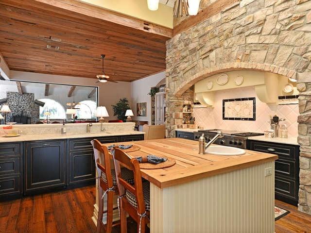 Desain dapur dinding batu; dapur gaya rustic