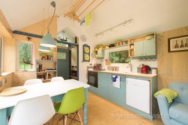 dapur dan ruang makan rumah kecil sederhana