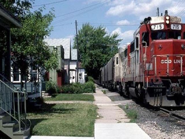 rumah dekat dengan rel kereta api