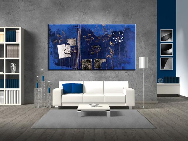 memasukan unsur warna pada ruangan monokrom dengan wall art; karya seni