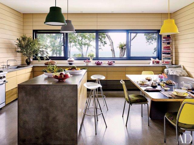 aksen warna pada ruang dapur dengan skema warna monokrom lampu
