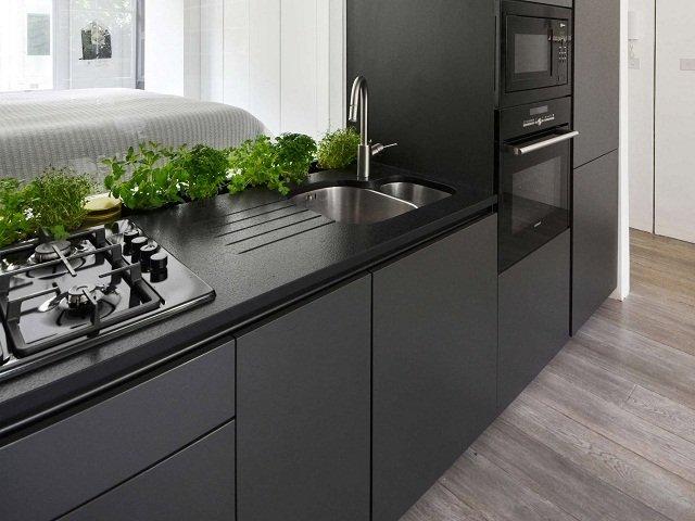 desain dapur monokrom, pilihan warna hitam untuk kitchen appiance denga garis yang bersih