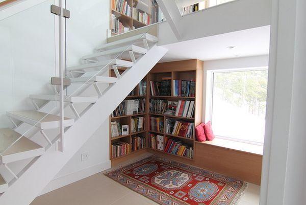 Rak buku keren dan fungsional; perpustakaan di bawah tangga