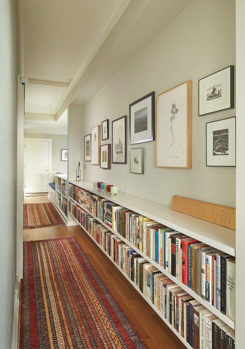 Rak buku keren dan fungsional; perpustakaan di hall way