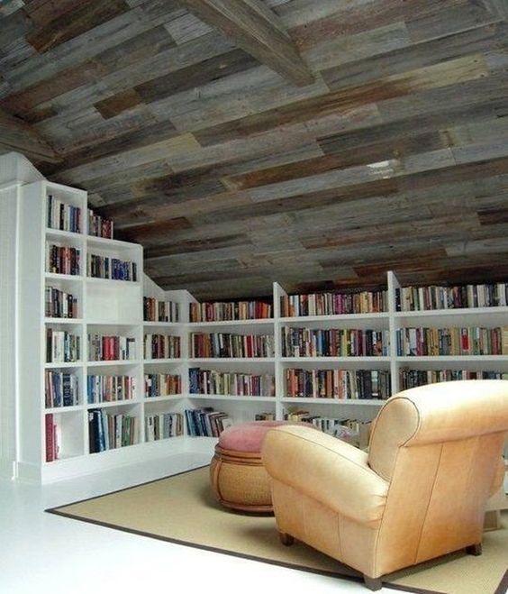 Rak buku keren dan fungsional; perpustakaan di loteng rumah