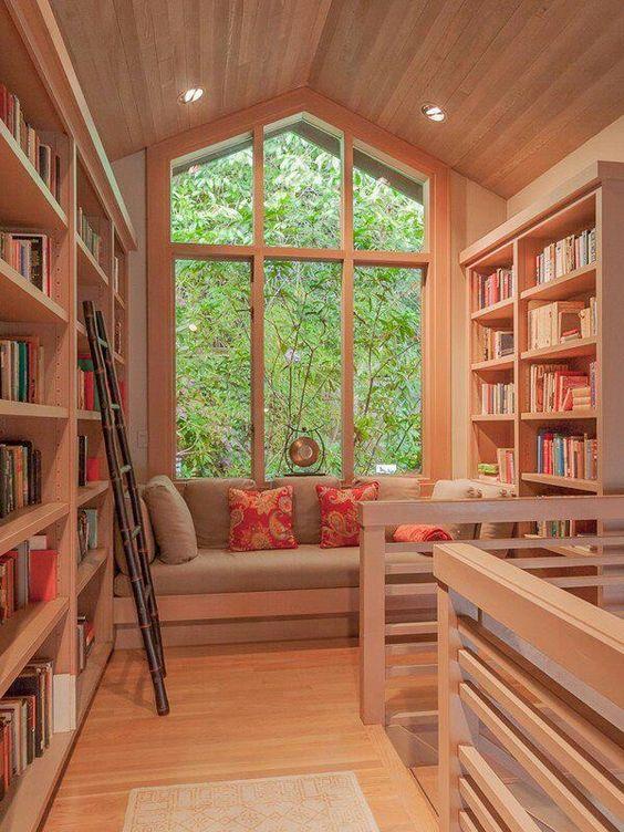 Rak buku keren dan fungsional; perpustakaan di dekat jendela