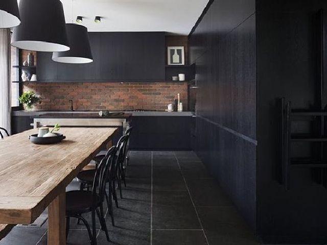 desain ruang dengan skema warna gelap; desain dapur dengan skema warna hitam yang formal dan elegan