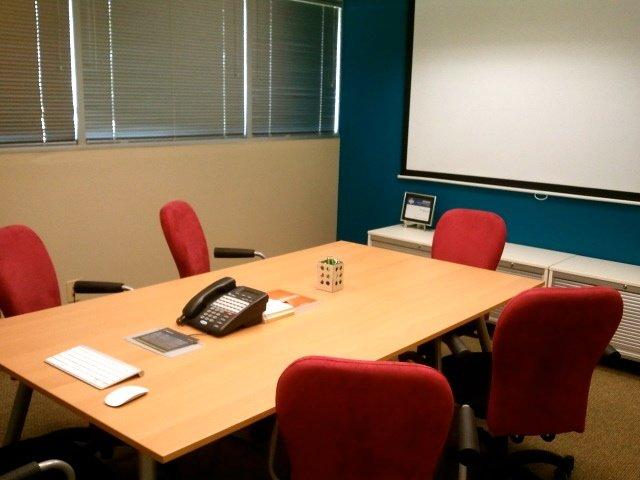 desain ruang rapat, alat visual dan tampilan yang simpel