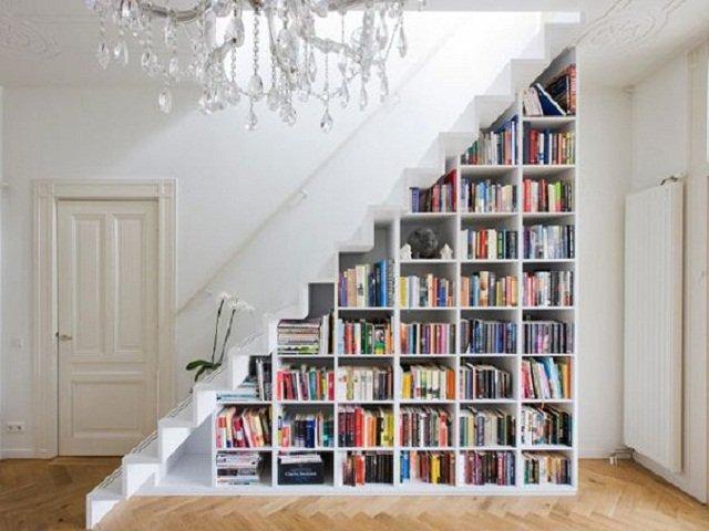 lemari penyimpanan bawah tangga; rak buku