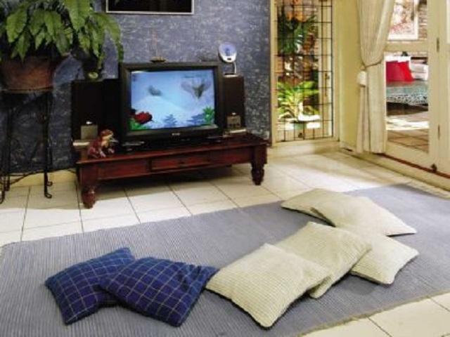 desain ruang tamu tanpa kursi