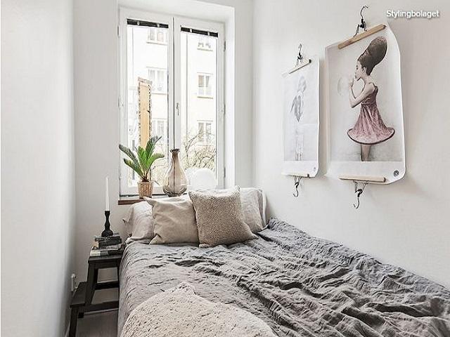kamar minimalis dengan jendela besar