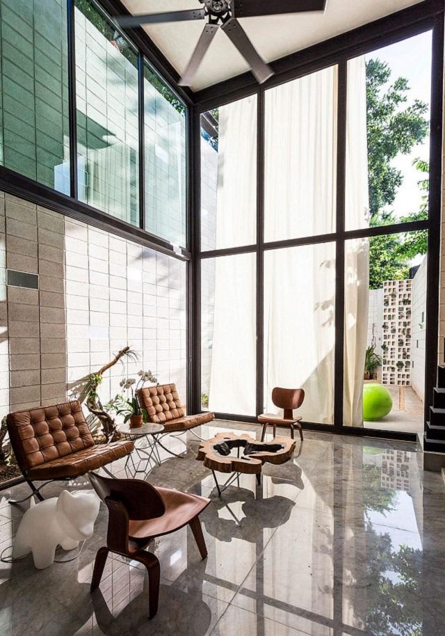 """desain interior <strong>Ophelia & Co.</strong> alami"""" width=""""640″ height=""""914″ srcset=""""https://interiordesign.id/wp-content/uploads/2018/02/desain-interior-alami-1.jpg 640w, https://interiordesign.id/wp-content/uploads/2018/02/desain-interior-alami-1-600×857.jpg 600w"""" sizes=""""(max-width: 640px) 100vw, 640px"""" /></p> <p>Teknik pendinginan pasif bersamaan dengan adanya kolam memastikan bahwa ketergantungan pada pendinginan buatan dijaga seminimal mungkin, menciptakan suasana yang menyenangkan dan juga menghemat energi pada saat bersamaan.</p> <div class="""