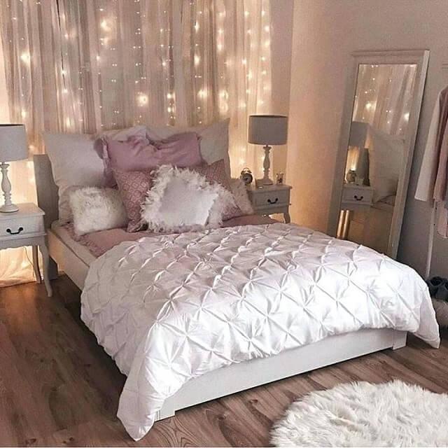kamar tidur kecil dengan string light