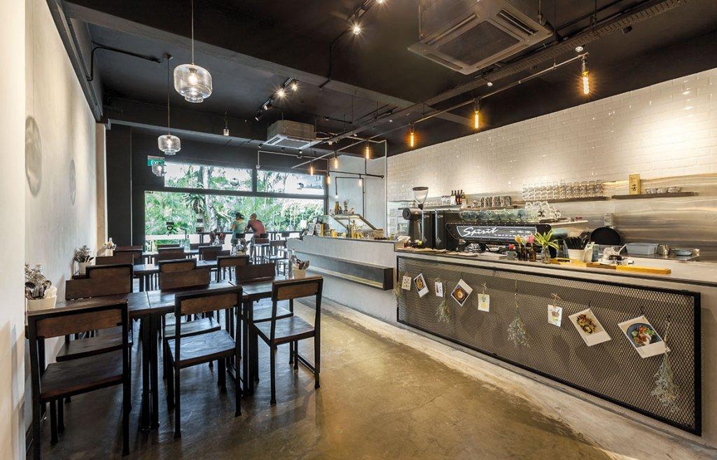 desain cafe konsep industrial dengan hiasan lampu gantung