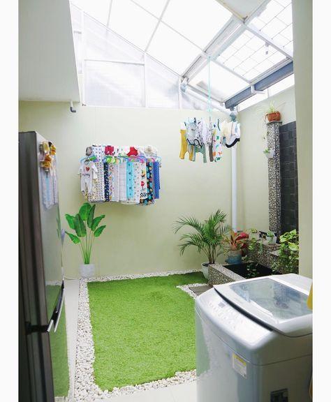 Dekorasi ruang laundry dengan rumput sintetis dan konsep desain yang natural