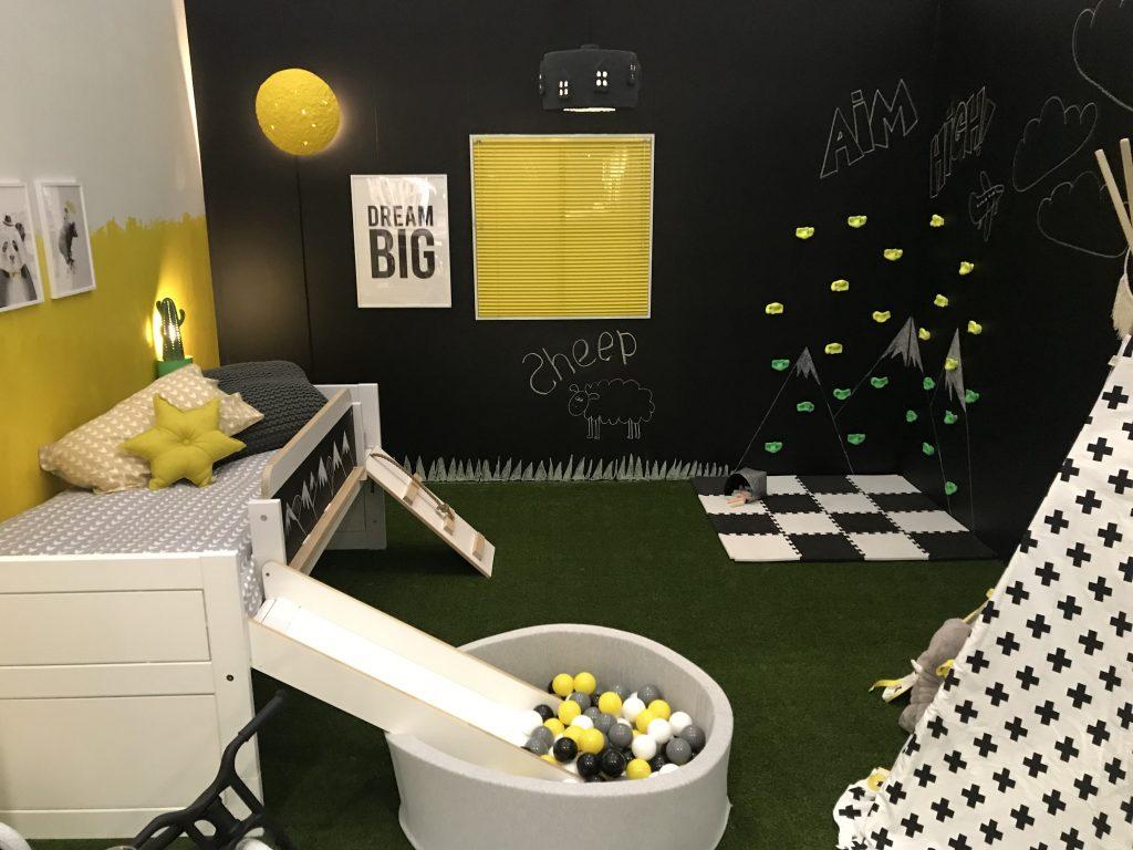 Desain kamar anak dengan dekorasi rumput sintetis dan konsep modern minimalis