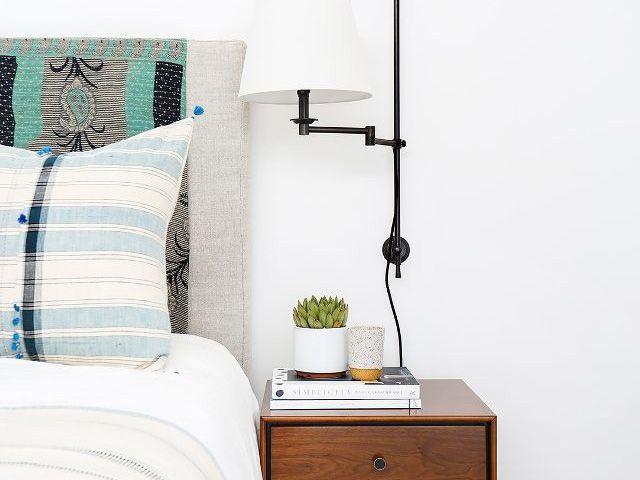 interior kamar tidur dengan dilengkapi tanaman hias