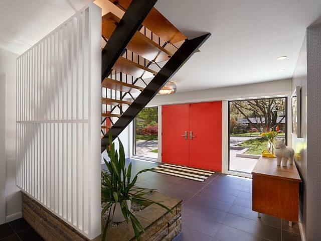 Desain Ruang Tamu Tanpa Kursi  inspirasi desain foyer area transisi yang unik dan menarik