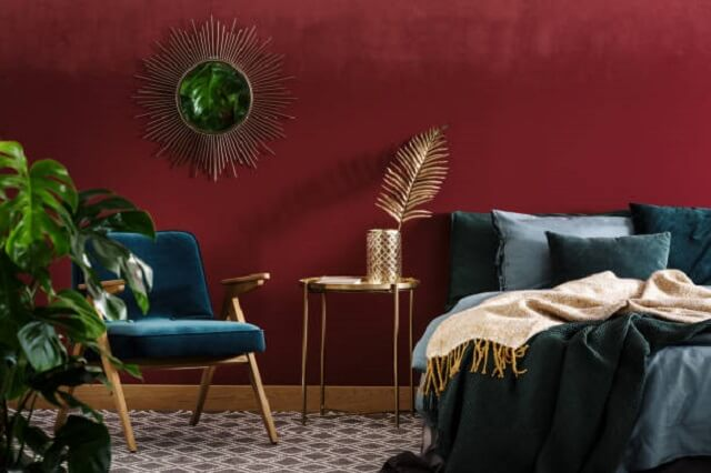ruangan dengan skema warna maroon