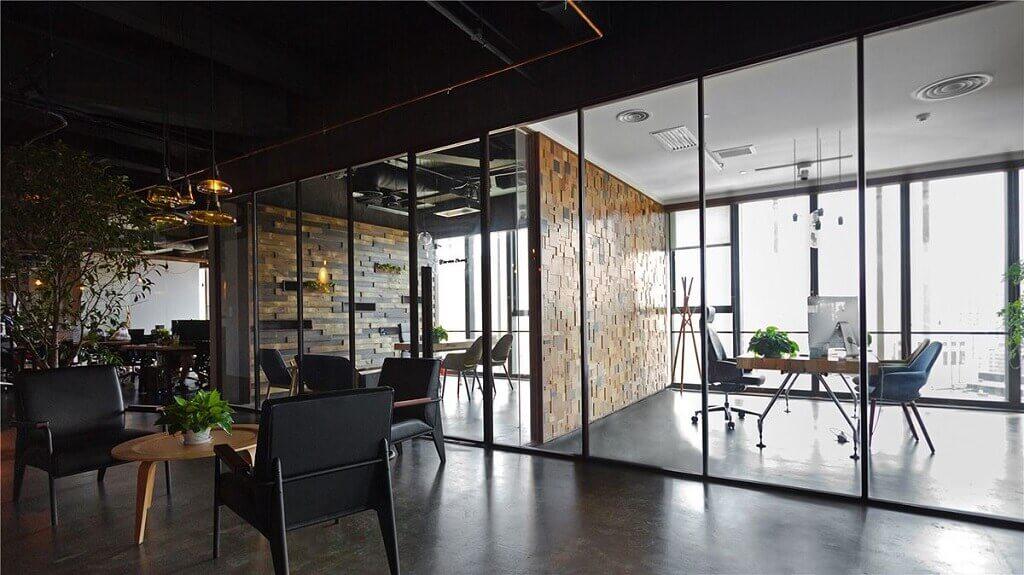 suasana ruang kantor dengan konsep interior yang memiliki hierarki