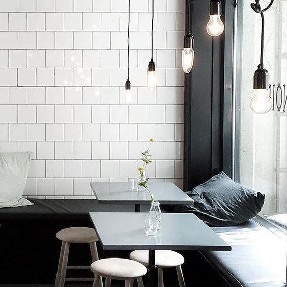 Desain Coffee Shop Gaya Monokrom