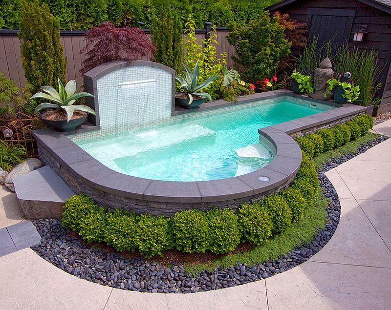 kolam di area belakang rumah