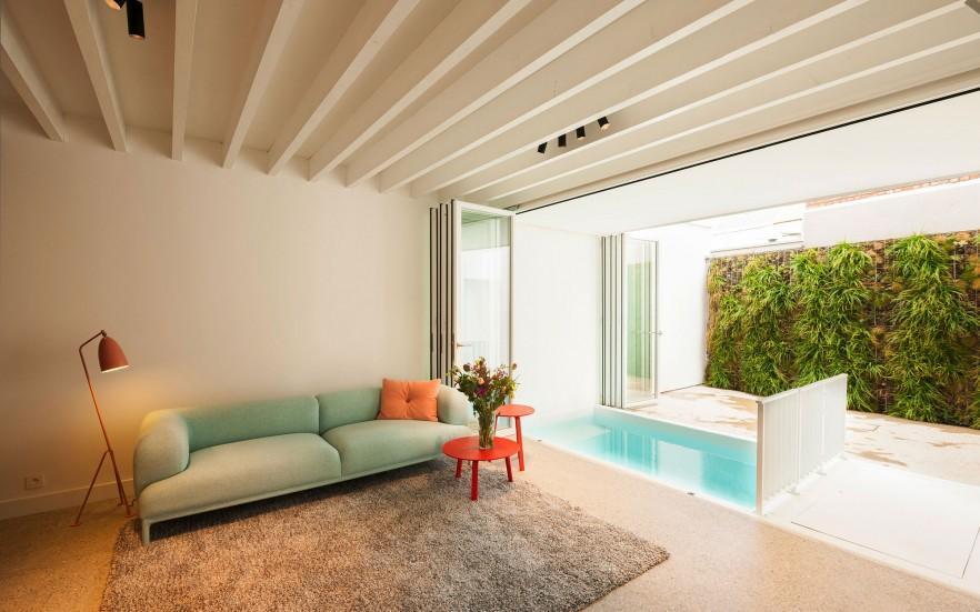 kolam renang kecil indoor