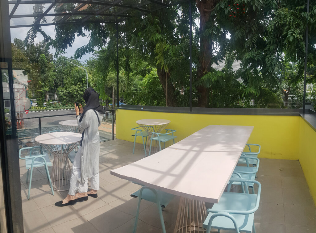 area outdoor cafe surabaya