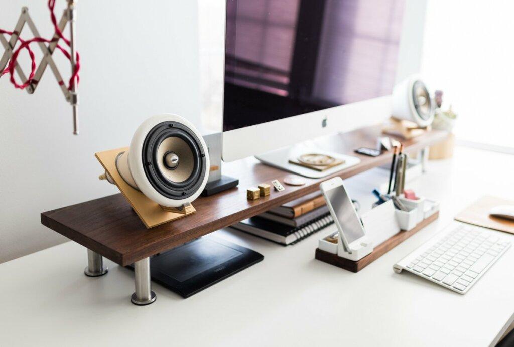 gunakan monitor stand untuk meja kerja