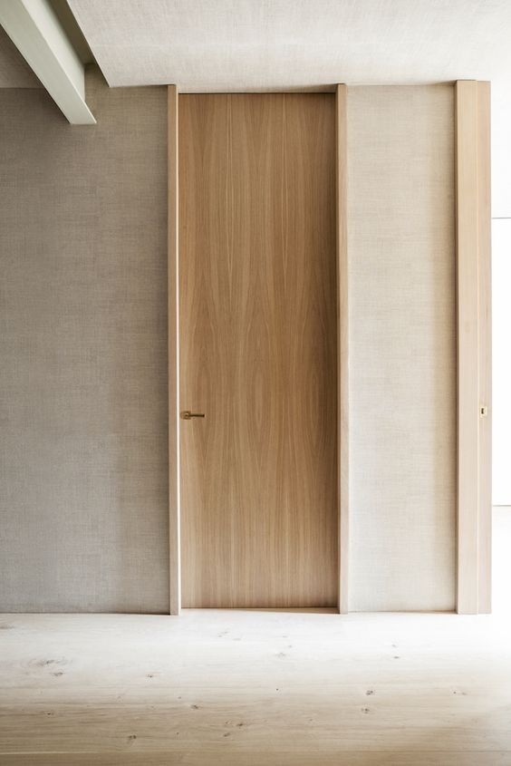 desain pintu minimalis dengan tinggi menyentuh plafon