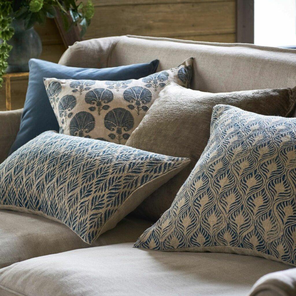 cushion sebagai hiasan kamar sederhan