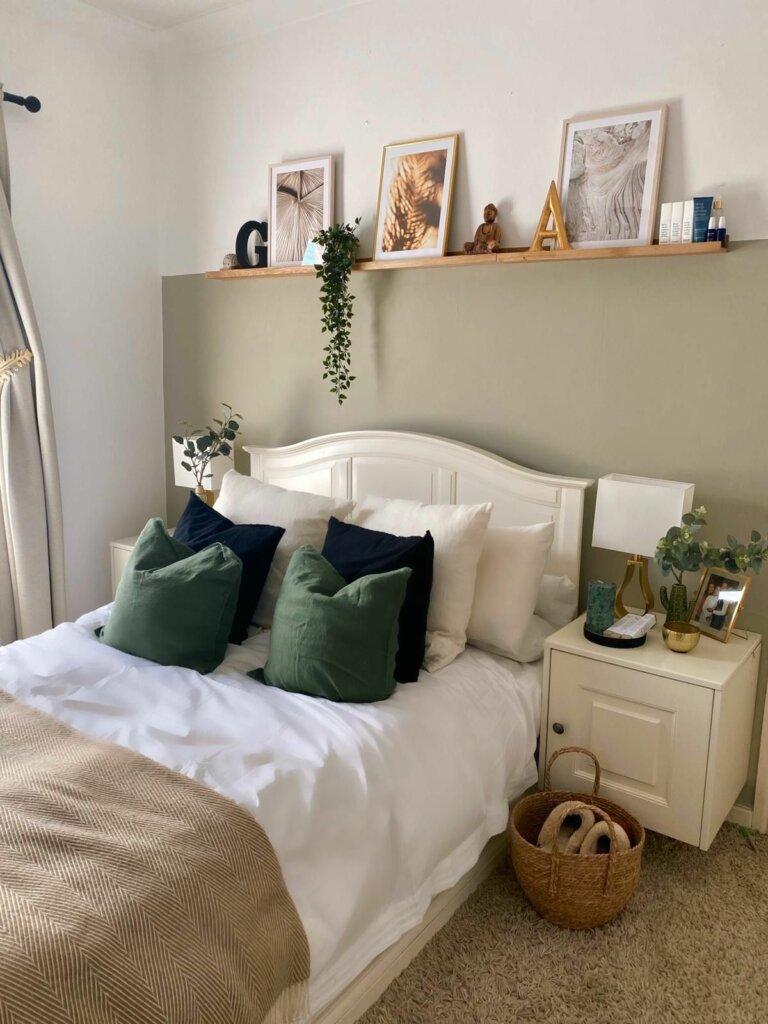 ambalan sebagai hiasan kamar sederhana