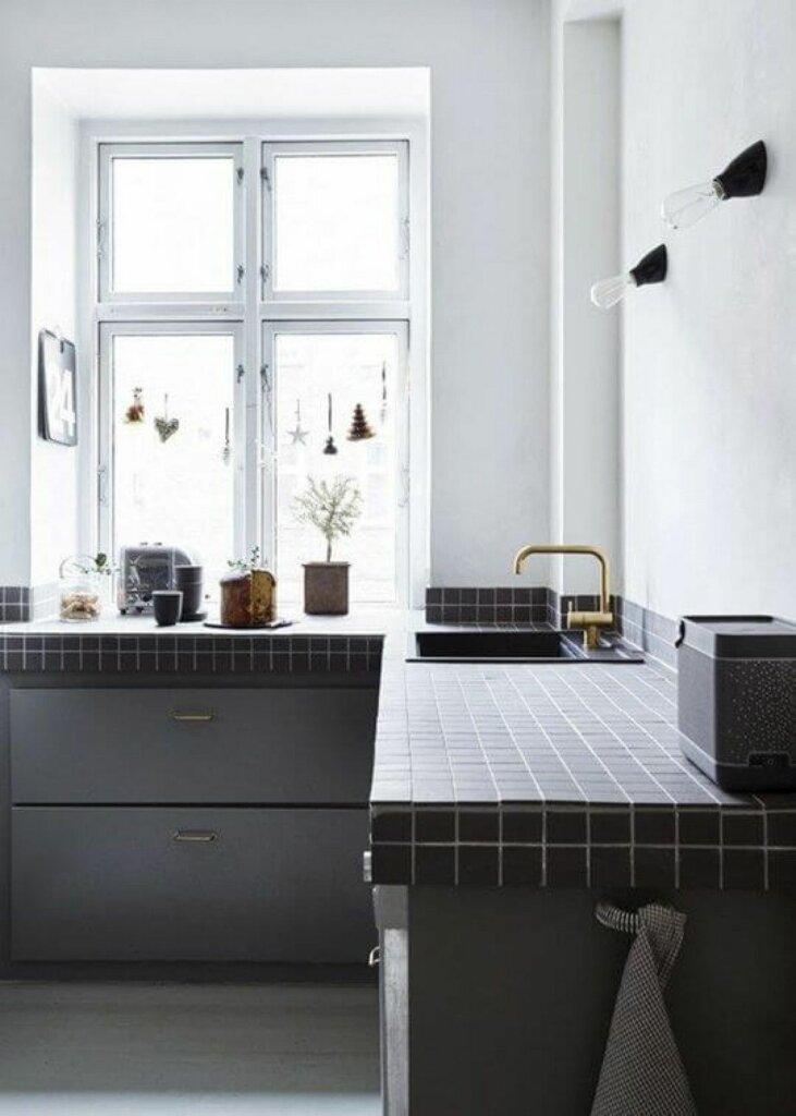 meja dapur dengan material ubin keramik