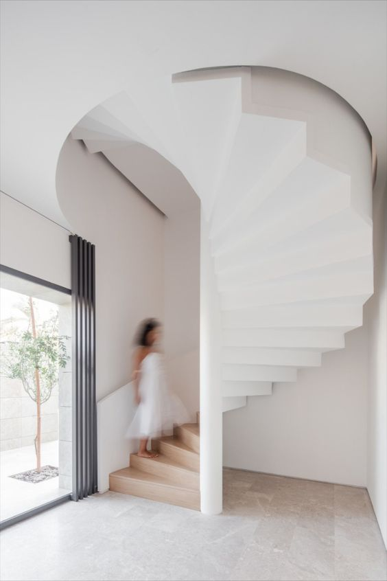 tangga putar minimalis berwarna putih