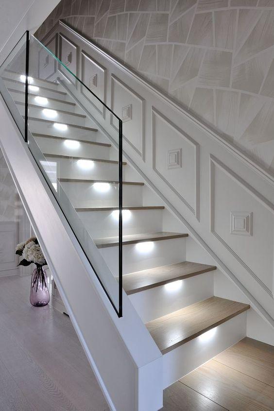 tangga rumah minimalis dengan pencahayaan anak tangga