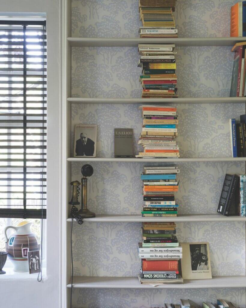 wallpaper dinding ruang tamu untuk rak buku