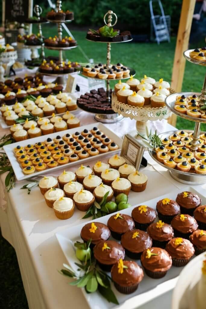 ruang makan terbuka dengan buffet