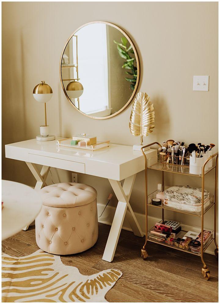 cermin dinding minimalis di dinding yang menghadap meja